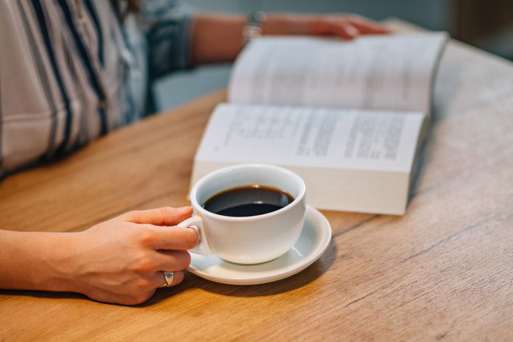 femeie consumand cafea