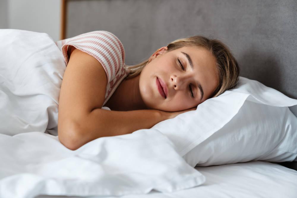 femeie in pat dormind