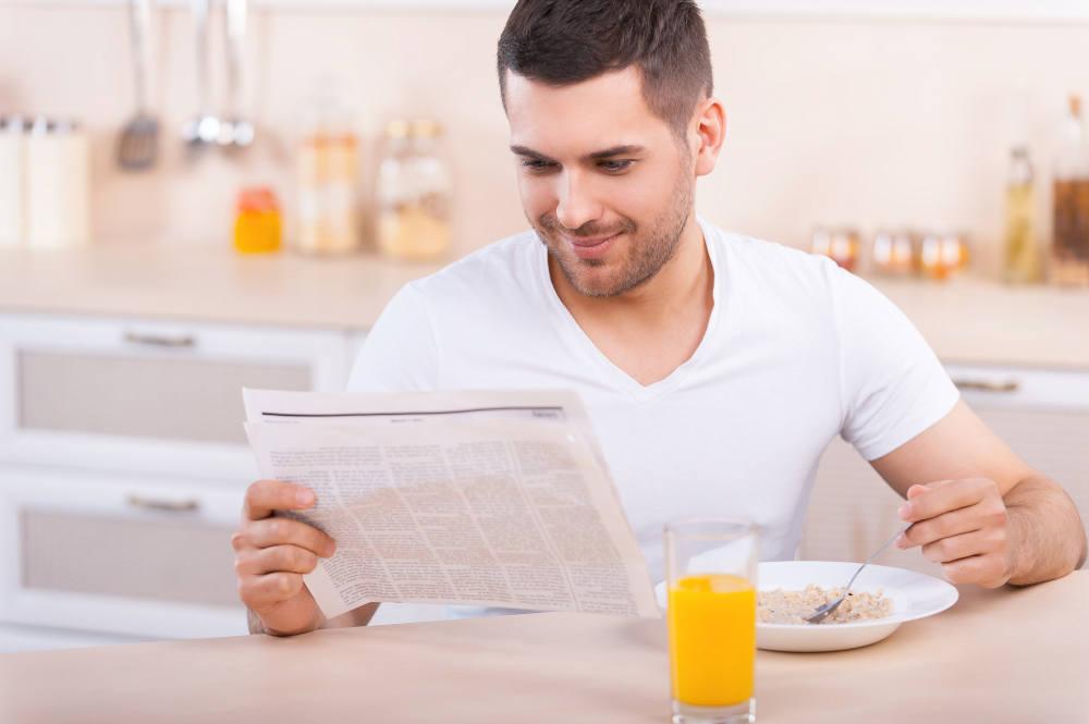 om sanatos citind ziarul